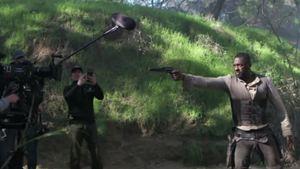 Vídeo com cenas dos bastidores ressalta o clima de bang bang de A Torre Negra