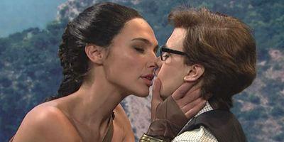 Gal Gadot beija Kate McKinnon em paródia de Mulher-Maravilha no Saturday Night Live