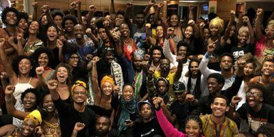 """Pantera Negra: Produtora cultural descreve experiência de assistir ao filme ao lado de outros 100 negros em """"rolezinho"""" por shopping do Rio"""
