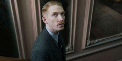 The Little Stranger: Domhnall Gleeson ostenta um bigode nas fotos de sua nova parceria com Lenny Abrahamson