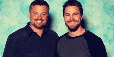 Arrowverse: Stephen Amell sugere crossover com atores de Smallville?