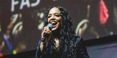 """CCXP 2018: """"Me sinto como a filha espiritual de Will Smith e Tommy Lee Jones"""", diz Tessa Thompson sobre MIB Internacional"""