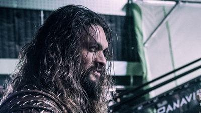 Aquaman toca guitarra nos bastidores de Liga da Justiça