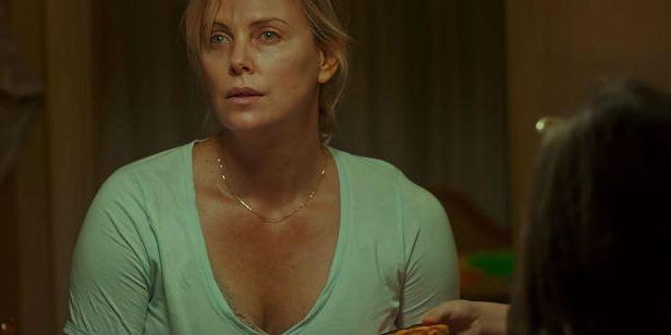 Tully: Charlize Theron faz um retrato honesto sobre maternidade em novo trailer