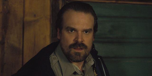 Stranger Things: Xerife Hopper apresenta novo visual em primeira imagem da terceira temporada