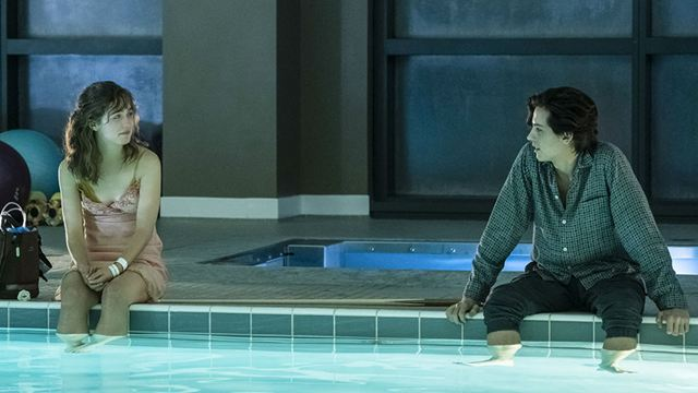 Cole Sprouse e Haley Lu Richardson querem te fazer chorar em novo trailer de A Cinco Passos de Você