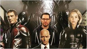 Bryan Singer posa com banner de X-Men: Apocalipse e lança pergunta do milhão
