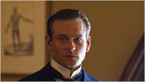Ator da série The Knick vai interpretar rival de Christian Grey em Cinquenta Tons Mais Escuros