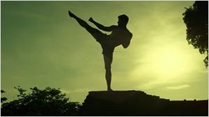 Alain Moussi aprende muay thai com Jean-Claude Van Damme no trailer de Kickboxer: Vengeance