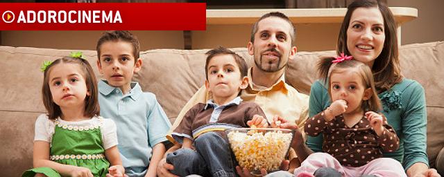 Família assistindo filme em casa