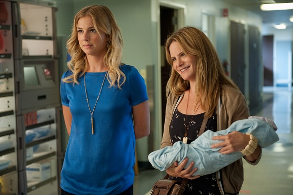 Foto Emily VanCamp, Jennifer Jason Leigh