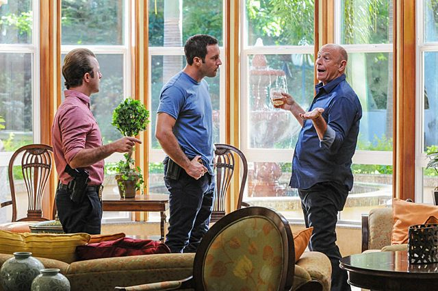 Foto Alex O'Loughlin, Corbin Bernsen, Scott Caan