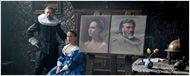 Alicia Vikander e Christoph Waltz posam ao lado de suas pinturas na primeira foto de Tulip Fever