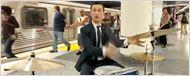 Joseph Gordon-Levitt toca bateria no metrô para inspirar outros artistas
