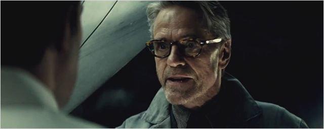 Jeremy Irons vai retornar como Alfred em Liga da Justiça