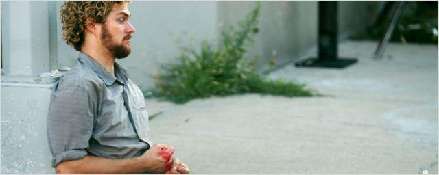 Finn Jones aparece machucado em novas fotos das gravações de Punho de Ferro