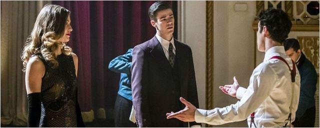 Barry e Kara precisam 'seguir o roteiro' no trailer completo do episódio musical de The Flash e Supergirl