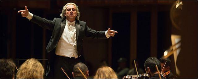 Interpretando o maestro João Carlos Martins nos cinemas, Alexandre Nero vai reger concerto na vida real